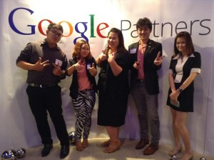 ถ่ายรูปร่วมกับทีมงาน Google ผู้น่ารัก